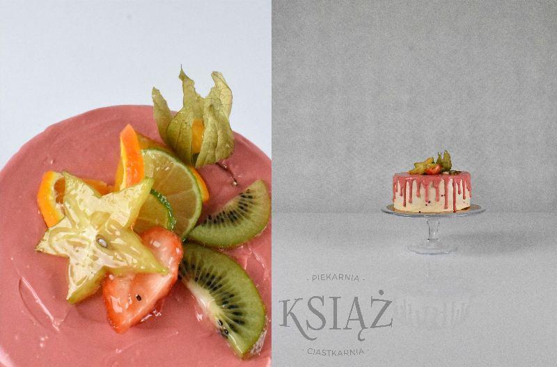 Tort Owocowy Ogród T022 - jasny biszkopt z delikatnym owocowym kremem, polany polewą i ozdobiony owocami