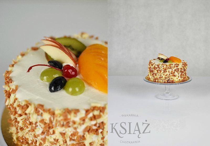 Tort niespodzianka T014 - jasny biszkopt, przełożony śmietaną z dodatkiem owoców (gruszka, ananas, brzoskwinia)