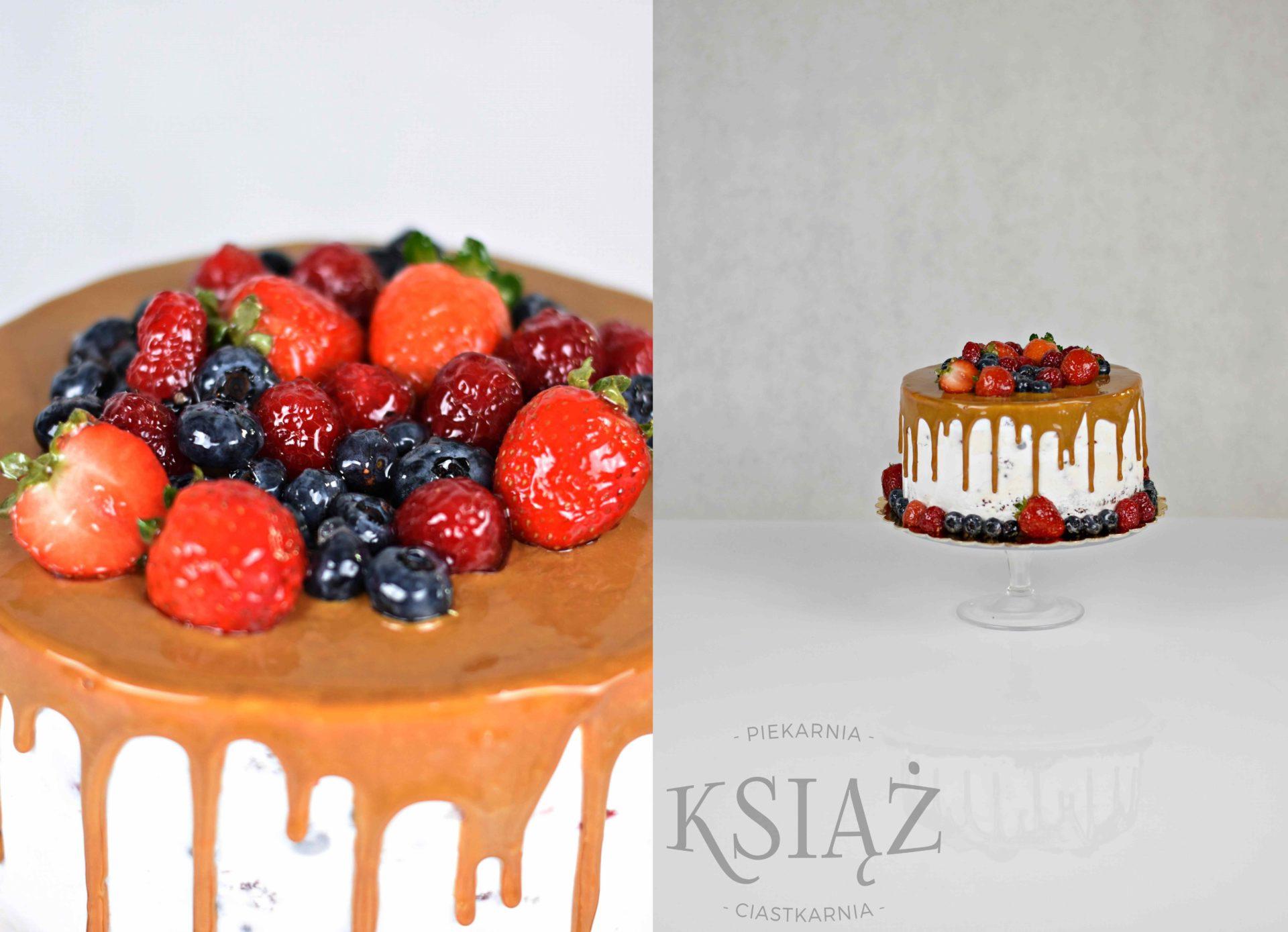 Tort mascarpone z owocami T026 - ciemny biszkopt, przełożony kremem śmietanowym z serkiem mascarpone z owocami UWAGA: owoce zależne od sezonu i dostępności
