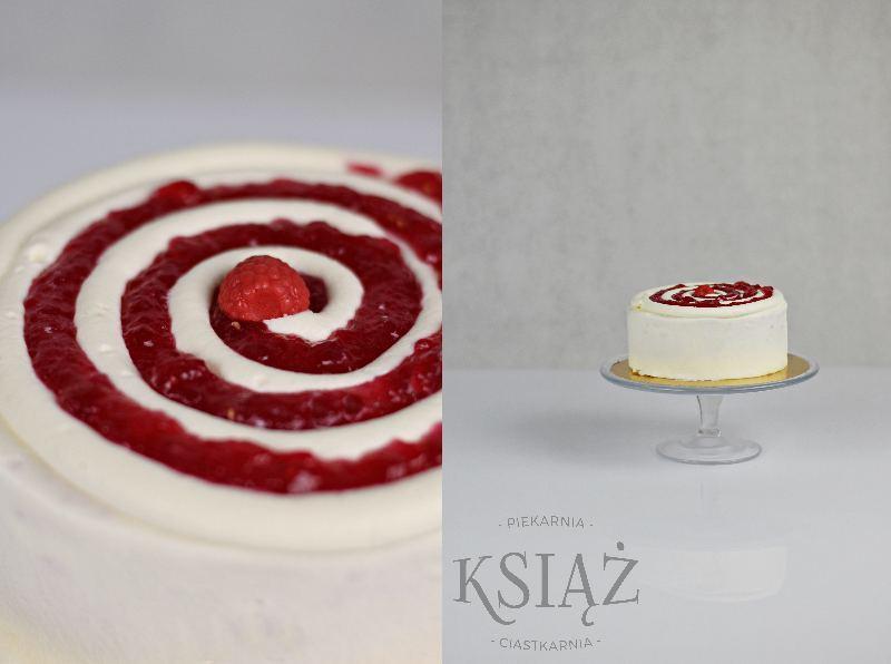 Tort Rubus T006 - jasny biszkopt, przełożony śmietaną malinową, wykończony śmietaną i żelem malinowym