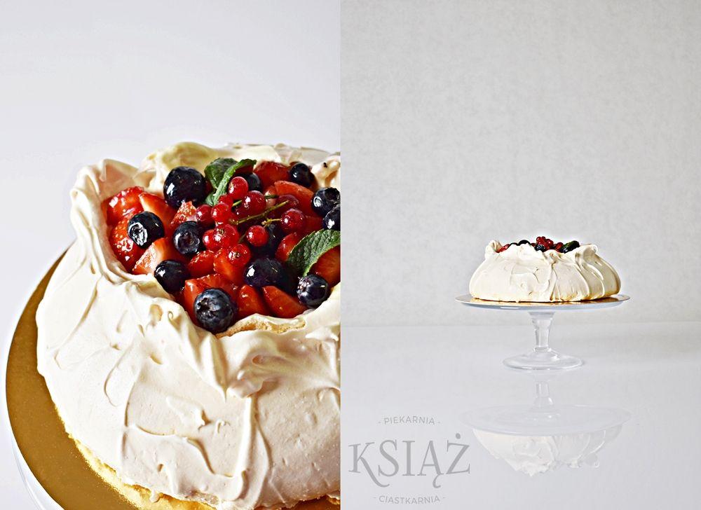 Beza Pavlova T021 - beza, z kremem na bazie serka mascarpone, całość wykończona świeżymi owocami (owoce zależą od sezonu)