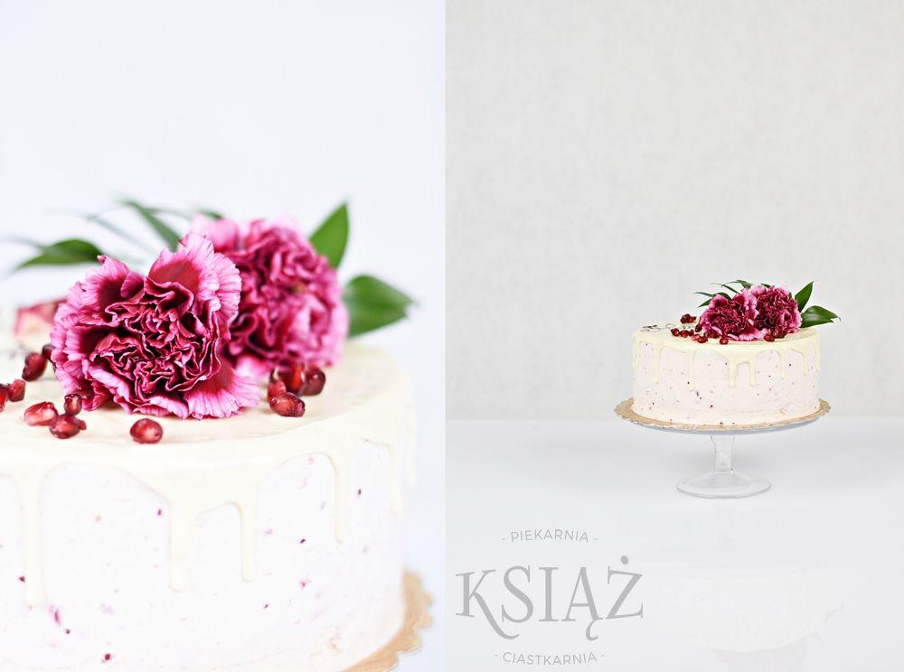 Tort Owocowy Ogród T015 - jasny biszkopt z delikatnym owocowym kremem, polany polewą i ozdobiony żywymi kwiatami