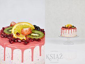 Tort Owocowy Ogród T016 - jasny biszkopt z delikatnym owocowym kremem, polany polewą i ozdobiony owocami sezonowymi