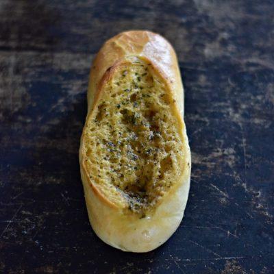 PALUCH CZOSNKOWY; pieczywo mieszane produkowane z mąki pszennej. Zawiera gluten