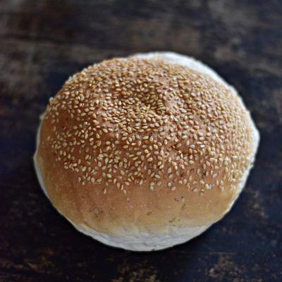 BUŁKA DO HAMBURGERÓW; waga: 150 g; pieczywo pszenne produkowane z mąki pszennej. Zawiera gluten